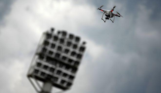 Drone σε πτήση πάνω από γήπεδο