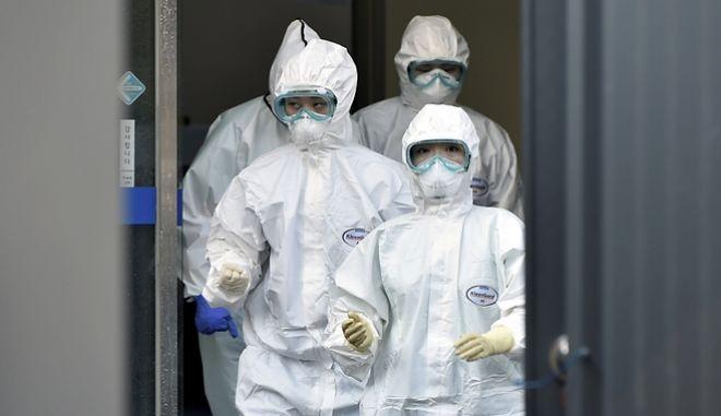 Ιατρικό προσωπικό επί το έργον σε νοσοκομείο της Νταεγού, στη Νότια Κορέα