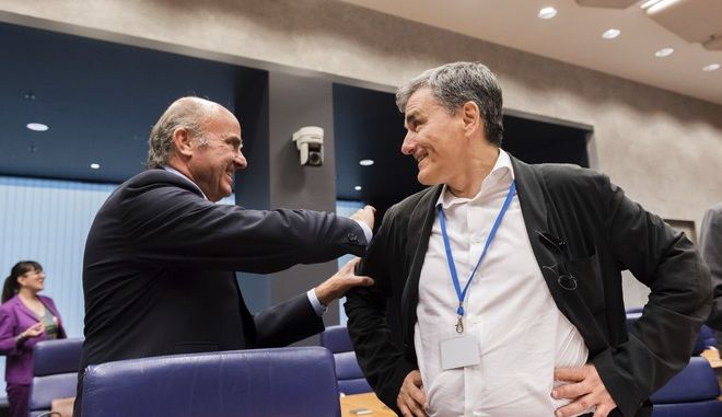 Spanish Economy Minister Luis de Guindos, left, speaks with Greek Finance Minister Euclid Tsakalotos during a meeting of eurogroup finance ministers at the European Council building in Luxembourg on Thursday, June 15, 2017. Eurogroup finance ministers met on Thursday to review the bailout program for Greece. (AP Photo/Geert Vanden Wijngaert)