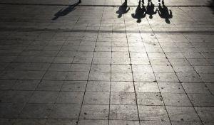 Σκιές ανθρώπων στο πλακόστρωτο από τον απογευματινό ήλιο στην πλατεία Συντάγματος