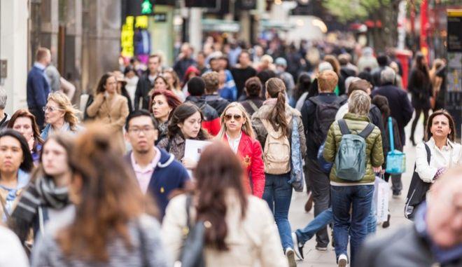 Κόσμος περπατά στο Λονδίνο