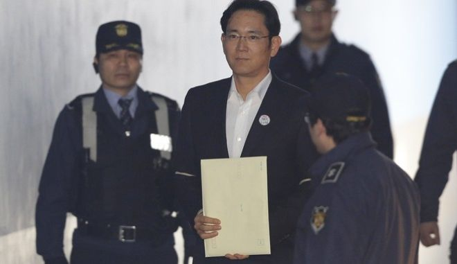 Lee Jae-yong, center, vice chairman of Samsung Electronics, arrives at the Seoul High Court for a hearing in Seoul, South Korea, Monday, Feb. 5, 2018. The court handed down a 2 ½ year suspended jail sentence for corruption to Samsungs billionaire heir Lee. Lee, the only son of Samsungs ailing chairman, was given a five-year prison term in August on bribery and other charges linked to a political scandal that took down former South Korean President Park Geun-hye. (AP Photo/Ahn Young-joon. Pool)