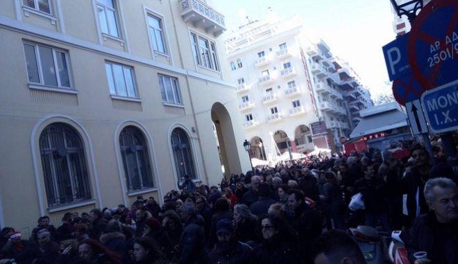 Θεσσαλονίκη: Κοσμοσυρροή στην αγορά - 'Πάρτι' με ψησταριά και νταούλια στους δρόμους