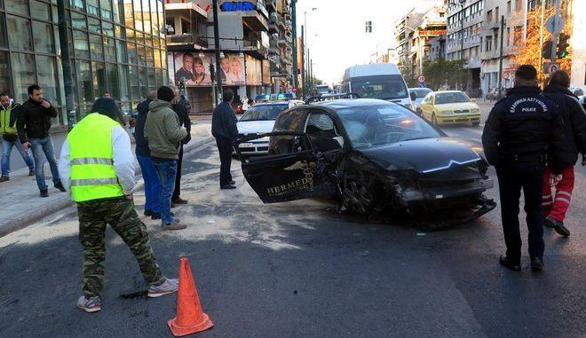 Τροχαίο με τρία αυτοκίνητα στη Συγγρού - Πέντε τραυματίες