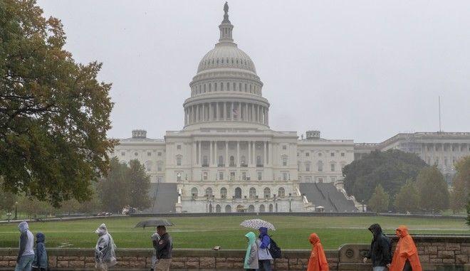 Επισκέπτες περνούν μπροστά από το Καπιτώλιο στην Ουάσινγκτον την ημέρα των ενδιάμεσων εκλογών