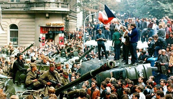 **ARCHIV**Prager Buerger mit tschechischer Flagge stehen auf einem umgestuerzten Wagen vor  einem sowjetischen Panzer am 21. Aug. 1986 in Prag.  Als in der Nacht zum 21. August 1968 sowjetische Panzer den