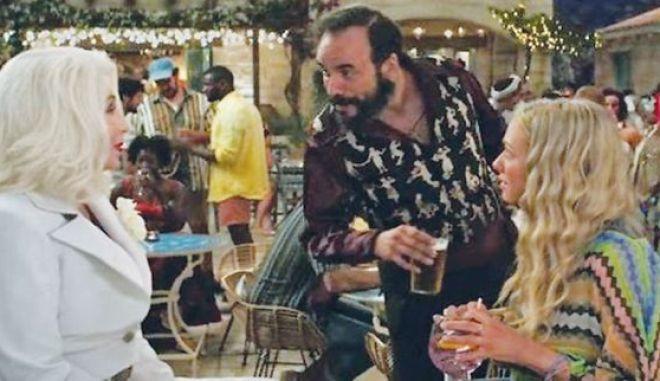 """Ο Πάνος Μουζουράκης σε σκηνή της ταινία """"Mamma Mia, Here We Go Again"""""""
