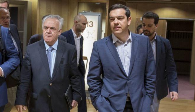 Ο πρωθυπουργός Αλέξης Τσίπρας με τα κυβερνητικά στελέχη μετά τισ συναντήσεις με τους επικεφαλής των θεσμών την Πέμπτη 25 Ιουνίου 2015. (ΓΡΑΦΕΙΟ ΤΥΠΟΥ ΠΡΩΘΥΠΟΥΡΓΟΥ/ANDREA BONETTI/EUROKINISSI)