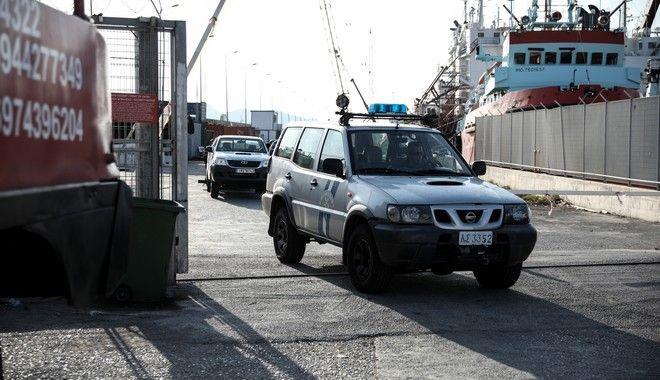 Το αυτοκίνητο που έπεσε στην θάλασσα στον Μώλο Δραπετσώνας μετά την ανάσυρση του οχήματος