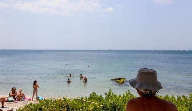 Κόσμος σε παραλία του Παλαιού Φαλήρου