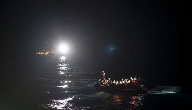Βάρκα με μετανάστες στη Μεσόγειο