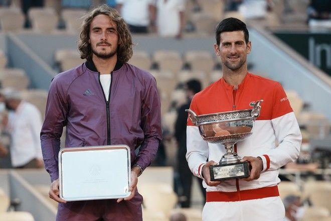 Οι Στέφανος Τσιτσιπάς και Νόβακ Τζόκοβιτς στο Roland Garros