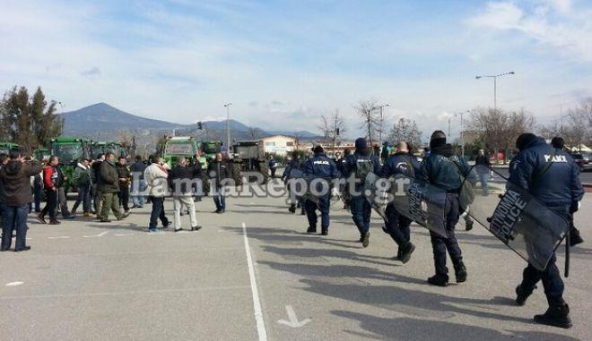 Μπλόκο ΜΑΤ σε αγρότες για να μην κοπεί η Ελλάδα στα δύο