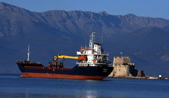 Το πλοίο Sibel D που μεταφέρει λιπάσματα ,κόλλησε στα αθαβή του λιμανιού του Ναυπλίου