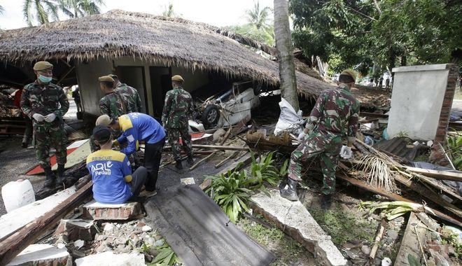 Στρατιώτες ψάχνουν στα χαλάσματα μετά το φονικό τσουνάμι στην Ινδονησία