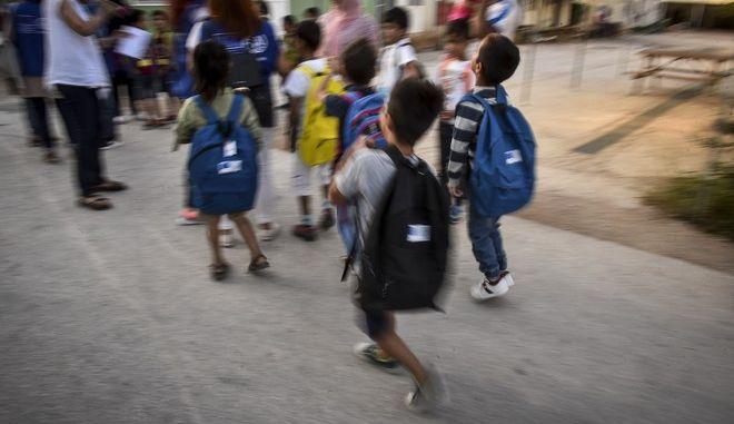 Παιδιά που φιλοξενούνται στην Ανοιχτή Δομή Φιλοξενίας Προσφύγων στον Ελαιώνα ετοιμάζονται να μεταφερθούν στα σχολεία για την πρώτη ημέρα του σχολικού έτους