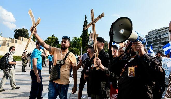 Στιγμιότυπο από συγκέντρωση διαμαρτυρίας των αρνητών του εμβολίου κατά του κορονοϊού στο Σύνταγμα