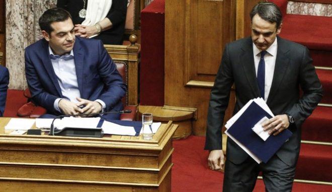 Αλέξης Τσίπρας και Κυριάκος Μητσοτάκης σε συζήτηση στην Ολομέλεια της Βουλής