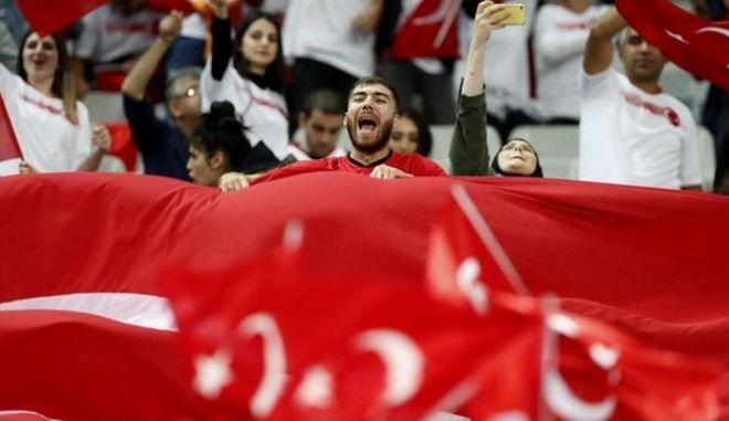Εκρηκτικό κλίμα στο Παρίσι: Συνθήματα Τούρκων κατά PKK