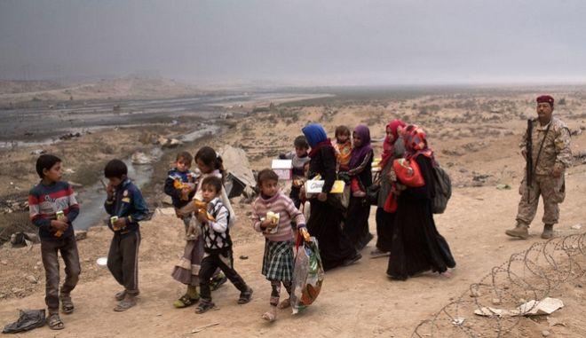 Μοσούλη: Τουλάχιστον 161.000 πρόσφυγες. Αρχίζει επιχείρηση στα δυτικά