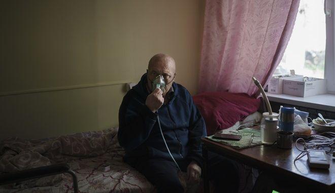Διασωληνωμένος ασθενής με κορονοϊό στην Ουκρανία