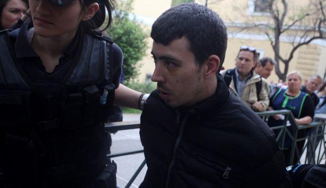 Ο 27χρονος παιδοκτόνος Σάββας Μπακαρτζίεφ συνοδεία ισχυρής αστυνομικής παρουσίας αποχωρεί απο τα δικαστήρια της οδού Ευελπίδων την Τρίτη 12 Μαΐου 2015. Ο Βούλγαρος παιδοκτόνος μεταφέρθηκε από τις φυλακές Κέρκυρας στην Αθήνα για να δικαστεί για παλαιότερη υπόθεσή του που αφορά σε κατοχή και χρήση ναρκωτικών. (EUROKINISSI/ΑΛΕΞΑΝΔΡΟΣ ΖΩΝΤΑΝΟΣ)