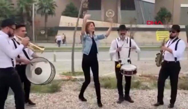 Βίντεο: Έστησε γλέντι έξω από τα δικαστήρια για να γιορτάσει το διαζύγιό της