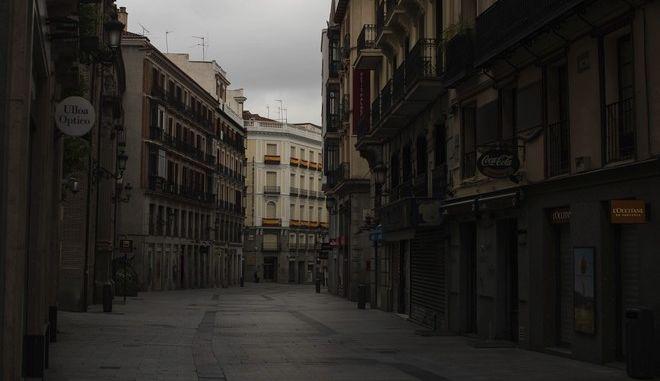 Άδειος δρόμος στη Μαδρίτη σε καιρό πανδημίας κορονοϊού