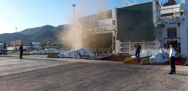 Εικόνα από τη φωτιά στο επιβατηγό οχηματαγωγό πλοίο Olympic Champion