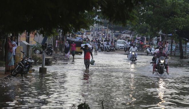 Πλημμύρες που προκλήθηκαν από καταρρακτώδεις βροχοπτώσεις και υπερχείλιση ποταμών στη Νότια Ινδία