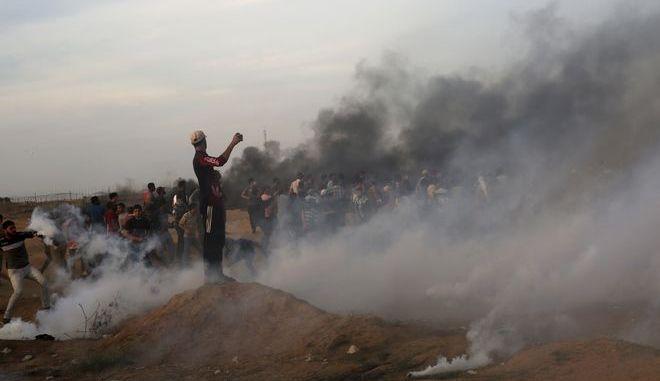Στιγμιότυπο από τα επεισόδια στη Λωρίδα της Γάζας μεταξύ Παλαιστίνιων διαδηλωτών και ισραηλινών δυνάμεων ασφαλείας