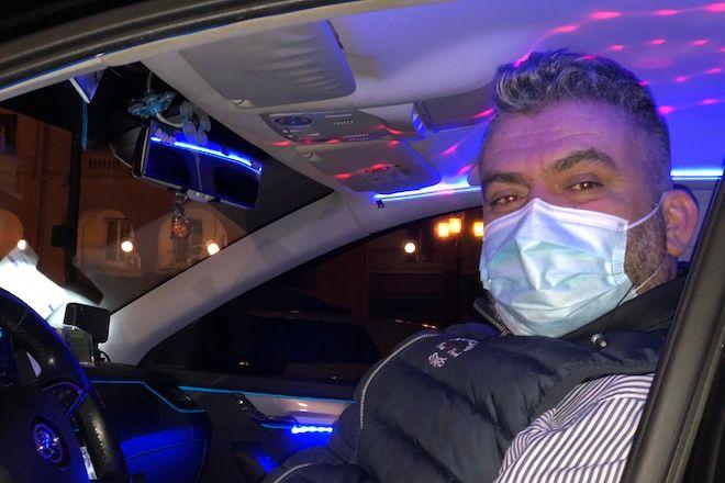 Θεσσαλονίκη: Έκανε το ταξί του club και προσφέρει χαμόγελα εν μέσω πανδημίας
