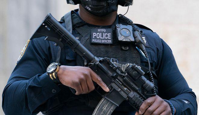 Οργή στις ΗΠΑ: Αστυνόμος πυροβόλησε 10 φορές Αφροαμερικάνο που κρατούσε ασύρματο τηλέφωνο