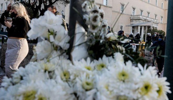 Συγκέντρωση και λουλούδια έξω από τη Βουλή στη μνήμη του 23χρονου Ιάσωνα