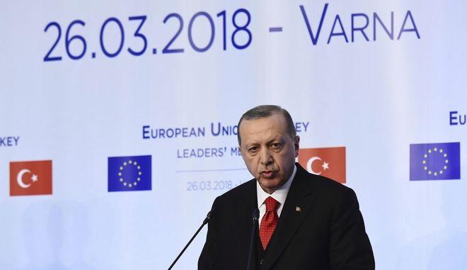 Ο Τούρκος πρόεδρος Ρετζέπ Ταγίπ Ερντογάν στη συνέντευξη Τύπου μετά τη σύνοδο στη Βάρνα