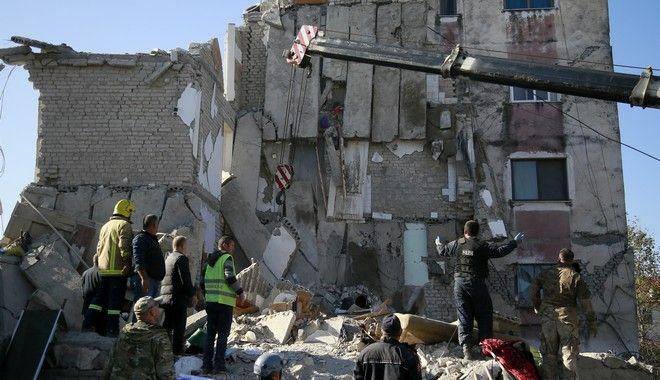 Διασώστες επιχειρούν σε κτίριο που έχει καταρρεύσει μετά τον σεισμό στην Αλβανία