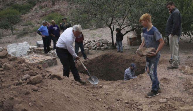 Άντρες σκάβουν τάφο στο Μεξικό (φωτογραφία αρχείου)