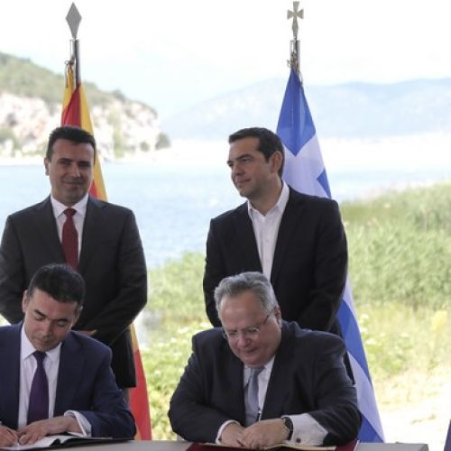 Αλέξης Τσίπρας και Ζόραν Ζάεφ όρθιοι, ενώ Νίκος Κοτζιάς και Νικολά Ντιμιτρόφ υπογράφουν την Συμφωνία των Πρεσπών