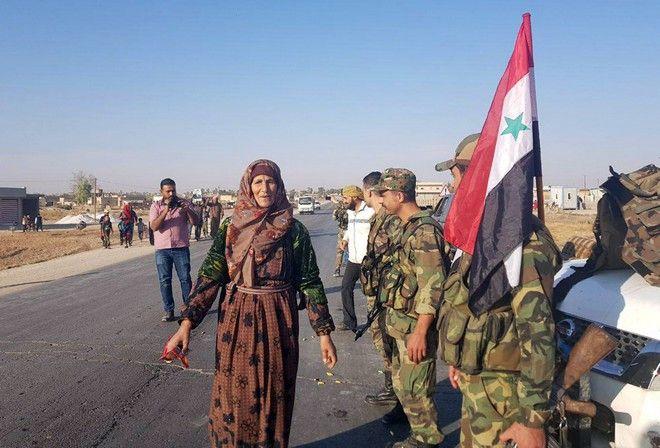 Κούρδοι καλωσορίζουν τα στρατεύματα του Άσαντ στην πόλη Tal Tamr