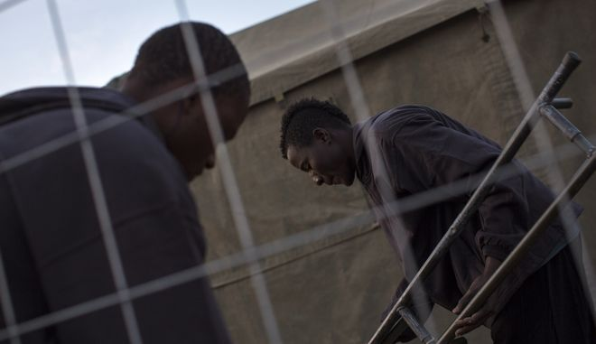 Μετανάστες σε κέντρο ταυτοποίησης. Φωτο αρχείου.