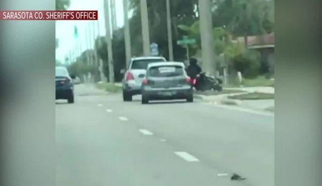 Σοκαριστικό βίντεο: Τσαντισμένος οδηγός εμβόλισε μηχανή και εγκατέλειψε τον αναβάτη