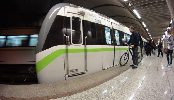 """Στιγμιότυπο από τον σταθμό """"Συγγρού-Φιξ"""" του Μετρό την Δευτέρα 30 Νοεμβρίου 2015. (EUROKINISSI/ΓΙΩΡΓΟΣ ΚΟΝΤΑΡΙΝΗΣ)"""