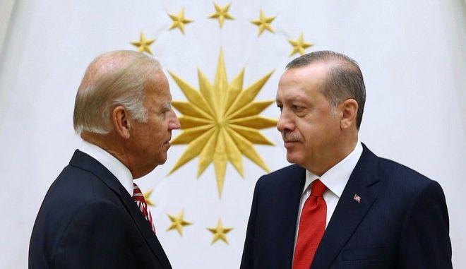 Οι Τζο Μπάιντεν και Ρετζέπ Ταγίπ Ερντογάν σε συνάντησή τους στην Άγκυρα τον Αύγουστο του 2016