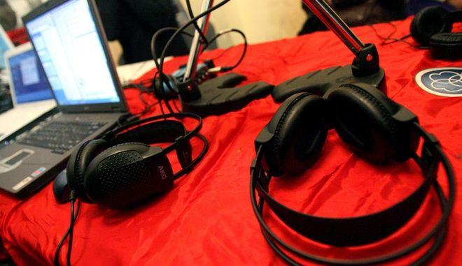 Ραδιοφωνική εκπομπή πραγματοποιίησαν την Παρασκευή 15 Νοεμβρίου 2013, οι εργαζόμενοι της ΕΡΤ μέσα από το Πολυτεχνείο εν όψει του εορτασμού του Πολυτεχνείου.  Οι πρώην εργαζόμενοι της ΕΡΤ βρίσκονται σε ένα γραφείο και με τα λίγα μέσα που διαθέτουν εκπέμπουν ραδιοφωνική εκπομπή μέσα από το Πολυτεχνείο.  (EUROKINISSI/ΤΑΤΙΑΝΑ ΜΠΟΛΑΡΗ)