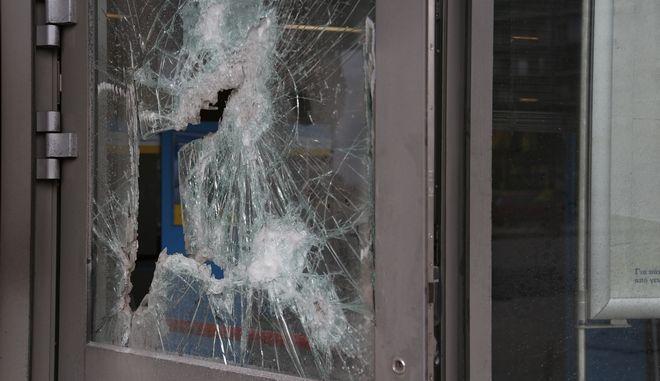 Εμπρηστική επίθεση τα ξημερώματα της Δευτέρας 23 Ιανουαρίου 2017, σε υποκατάστημα τράπεζας στη συμβολή της λεωφόρου Αλεξάνδρας με την οδό Γενναδίου. Άγνωστοι τοποθέτησαν τέσσερα γκαζάκια στην είσοδο του υποκαταστήματος, τα οποία εξερράγησαν στις 03:30. Από την έκρηξη προκλήθηκαν μικρές υλικές ζημιές στην πρόσοψη. (EUROKINISSI/ΣΤΕΛΙΟΣ ΜΙΣΙΝΑΣ)