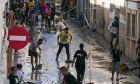 Κάτοικοι καθαρίζουν τους δρόμους μετά από πλημμύρες
