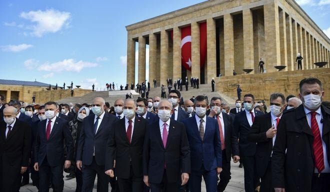 Τουρκοι βουλευτές στο μαυσωλείο του Κεμάλ