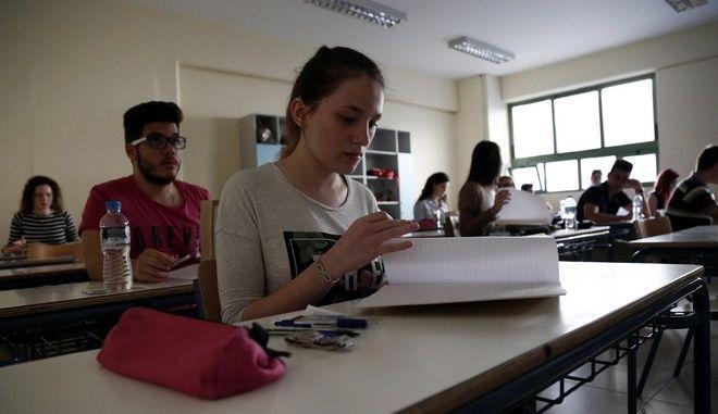 Μαθητές στο 46ο Λύκειο Αθηνών στα Εξάρχεια στην έναρξη των Πανελλαδικών Εξετάσεων την Δευτέρα 18 Μαΐου 2015. Οι πανελλαδικές εξετάσεις για τους φετινούς υποψηφίους που διεκδικούν την εισαγωγή τους στην τριτοβάθμια εκπαίδευση, ξεκίνησαν με το μάθημα της Νεοελληνικής Γλώσσας.  (EUROKINISSI/ΣΤΕΛΙΟΣ ΜΙΣΙΝΑΣ)