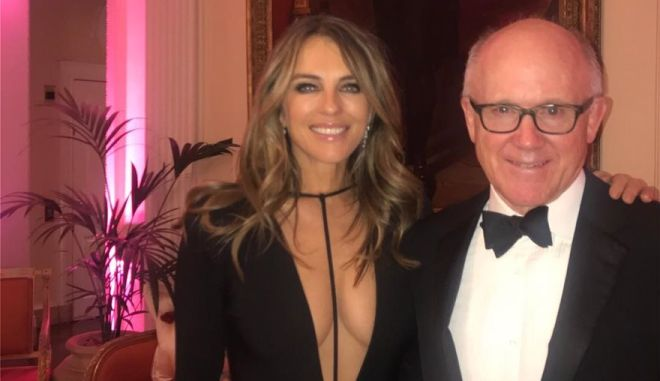 Η αβυσσαλέα Elizabeth Hurley ζάλισε τον πρέσβη των ΗΠΑ στη Βρετανία