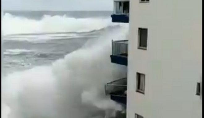 """Απίστευτο βίντεο: Πελώριο κύμα """"ξηλώνει"""" μπαλκόνια ξενοδοχείου στην Τενερίφη"""